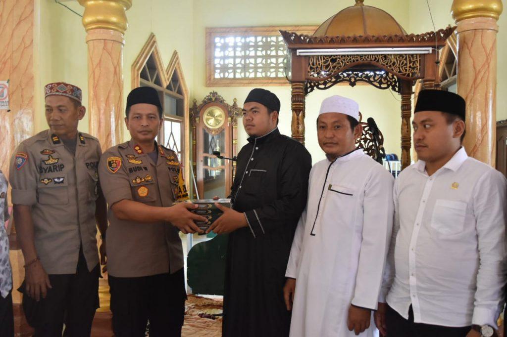 Shalat Jumat di Masjid Terjauh, Kapolres Sidrap Serahkan Bantuan Al Quran