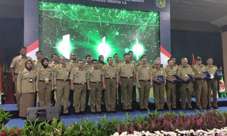 PENGHARGAAN : Kepala Disnakertrans Kaltara Armin Mustafa (ketiga dari kanan) berfoto bersama 6 kepala Disnaker tingkat provinsi lainnya yang meraih penghargaan dari Kemenaker, belum lama ini.