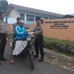 Jelang Buka Puasa, Polsek Sinjai Borong Polres Sinjai Bagikan Takjil kepada Pengendara