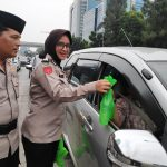 Jelang Buka Puasa, Polwan Cantik Bagikan Takjil Di Traffic Light Slipi Jakarta Barat