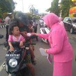 Bhayangkari Polres Bone Jelang Buka Puasa Bagikan Takjil di Traffic Light MH Thamrin Watampone