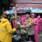 Kapolres Madina Didampingi Ketua Bhayangkari Cab Mandailing Natal Berbagi Takjil Berbuka Puasa
