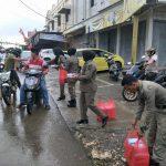 Puluhan POL PP Cantik dan Ganteng Bagi-Bagi Takjil di Traffic Light Ahmad Yani dan MH Thamrin  Watampone