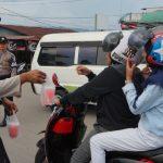 Polsek KSKP Tunon Taka Bersama Awak Media Nunukan Berbagi Takjil Gratis Kepada Masyarakat