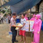 Kunjungi 3 korban kebakaran Kapolsek bersama Ibu ketua Bhayangkari Dalam Rangka Hut bhayangkara Polri ke 73 tahun