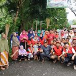 Antusias Kades dan Masyarakat Lampoko Sambut HUT RI Ke-74 dengan Membersihkan Jalan Poros Lampoko