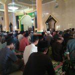 Personil TMMD Kodim 1404 Pinrang Sholat Jumat Bersama Masyarakat