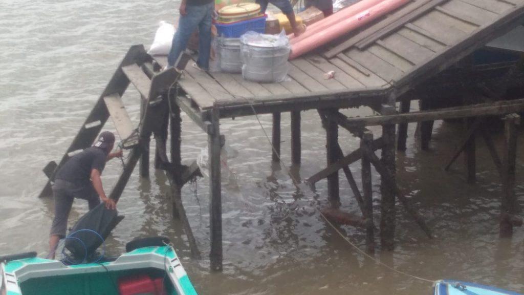 Kurang Perhatian, Tangga Jembatan Sungai Bolong Membahayakan Penumpang