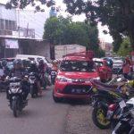Menjadi Sorotan, Kemacetan Terjadi Akibat Parkir di Bahu Jalan Depan Rumah Sakit Tenriawaru Bone
