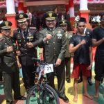 TNI dan Pemkab Bone gelar Lomba Panjat Pinang