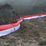 Pendaki Asal Jawa Bali bersama KPA Sulsel Sukses Bentangkan 700  Meter Bendera Merah Putih di Puncak Latimojong