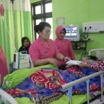 Peduli, Ketua Bhayangkari Cabang Sinjai Membesuk Orang Tua Anggota Bhayangkari Yang Sakit Dan Berikan Tali Asih