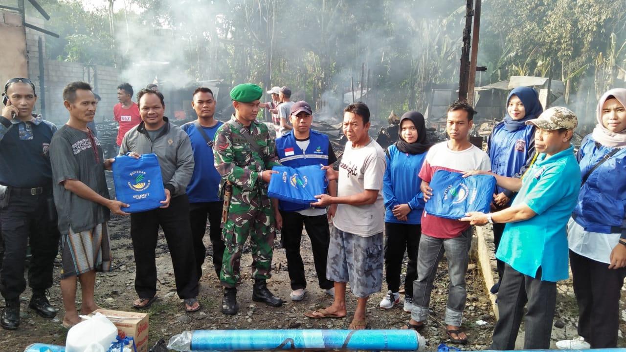 Babinsa Koramil 1002-02/Ilung, bantu Warga korban kebakaran
