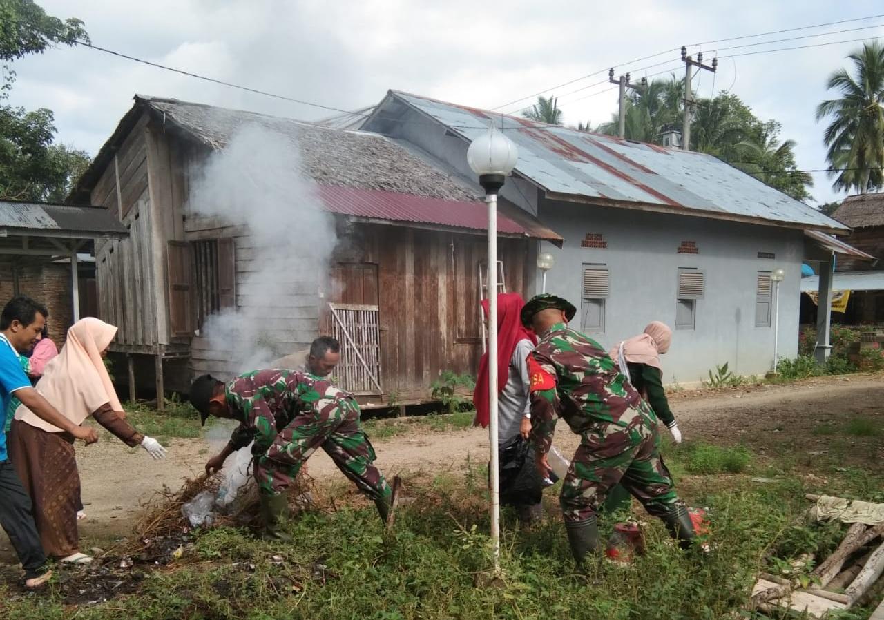Jumat Bersih Babinsa Koramil 1002-07/ Pagat Bersama Puskesmas Batu Benawa Basmi Sarang nyamuk