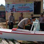 Kapolres Bone Serahkan Bantuan perahu kepada Kakek Baco