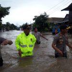 Demi Kemanusiaan Kapolres Soppeng Rela terobos Banjir , Evakuasi Warga