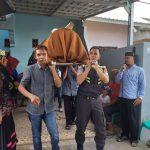 Bhabinkamtibmas Polres Palopo Bantu Usung Jenasah Warga Binaannya
