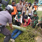 Pohon tumbang Timpa Warga, TNI-Polri Dan BPBD HST Lakukan Evakuasi