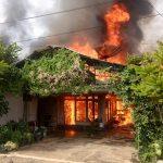 Bantu Padamkan Kebakaran Rumah Salah Satu Warga , Babinsa Kasarangan Patut Diapresiasi