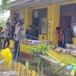 Yon A Pelopor Polda Sulsel Bantu Warga Soppeng Bersihkan Sampah dan Puing Pasca Banjir