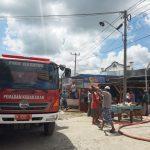 Anggota Polsek Awangpone Polres Bone  Sigap kelokasi ikut membantu warga  Saat Ada laporan Kebakaran