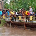 Kapolsek Ganra kolaborasi , Camat , PSC Dan Damkar Soppeng Bersama Bersihkan Sampah jembatan Sungai belo