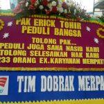 Eks Pegawai PT. Merpati Nusantara Airlines Dalam Aksi Damainya Ke Kementerian BUMN Membawa Karangan Bunga