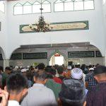 Sambil berbagi berkah di hari Jumat, TNI Polri jalin sinergitas bersama Warga Di mesjid Al -Istiqhomah Makorem 141/ Tp