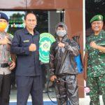 Personil gabungan TNI -Polri pemkab Bone , sosialisasi Maklumat Kapolri Sambil semprot desinfektan di titik krusial , Antisipasi Covid-19