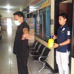 Jaga diri dan untuk mencegah Covid-19 , personil Polres Sinjai disemprot desinfektan sebelum masuk ruang kerja