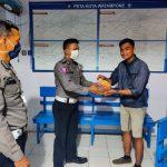 Dua personel Satlantas polres Bone bagi sembako Dari Inchy ke PKL dan buruh Harian di pos lantas