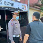 Dapur umum Kasat lantas bersama-kapolres Bone beserta polwan satlantas berbagi makanan buka puasa untuk warga