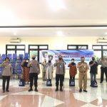 Kabaharkam polri kembali berikan  100 paket sembako kepada warga kelurahan Batu Ampar Jakarta timur