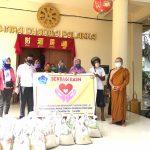 PSMTI Bone dan Vihara dharma Palakka bagi Ratusan  Sembako ke PKL melalui DPD APKLI kab Bone , peduli Covid-19