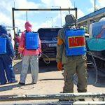 Upaya Percepat Pencegahan dan penanganan Covid-19,Personil Brimob Yon C Pelopor Bone , semprot desinfektan kendaraan di dermaga saat pelabuhan Bajoe dibuka