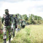 Lewati Sawah Desa Binusan Persit Kodim 0911/Nnk Dan BRI Cabang Nunukan Bagikan Paket Sembako