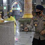"""Batalyon C Pelopor Terjunkan Personel Dalam Kegiatan Penyemprotan Disinfektan Massal Di Rumah-rumah Ibadah Sebagai Upaya Menyambut Era """"New Normal"""""""