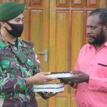 Wujud Toleransi, Satgas Yonif 411 Kostrad Serahkan Bantuan Alkitab di Gereja Tapal Batas