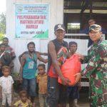 Satgas Raider 300 Berikan Bantuan Sembako Ke Warga Pelosok Perbatasan