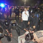 Danyon C Pelopor Bersama Masyarakat Buka Blokade Jalan A.P. Pettarani, pasca kericuhan depan kampus UNM