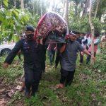 Subhanallah , Komandan TINDIZZ ,Usung jenazah Aiptu Abd Rahman Hingga ke liang lahat