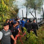 Patut diapresiasi ,Gerak Cepat Personel Batalyon C Pelopor Bantu Damkar Bone Padamkan Api Yang Hanguskan Rumah Warga Jalan M.H. Thamrin