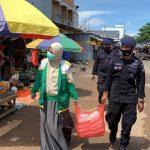 Bersama-Baznas , Personil Yon C pelopor  bagikan  Makanan ke pondok pesantren Serta buruh kapal di Jum'at Berkah