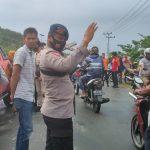 Jalan Poros  Kabupaten Selayar Macet Personel BKO Batalyon C Pelopor Bantu Evakuasi Atap Bangunan