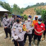 Tembus Medan Ekstrim Brimob Sulsel Evakuasi Korban Longsor Akibat Gempa Majene Sulbar di Desa Mekatta Kecamatan Malunda