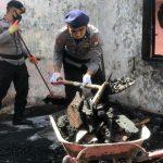 Mantap !!!       Aksi Sosial Brimob Bone Bantu Warga Sungai Cerekang Bersihkan Puing Sisa Kebakaran