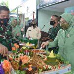 Kasrem 141/Tp potong tumpeng saat Acara syukuran dalam rangka HUT ke 64 tahun Kodam XIV/Hasanuddin