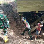 Ws Danramil  pimpin personil koramil 1407-08/Lamuru bersihkan Material tanah longsor Yang timpa Rumah Warga