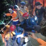 Dramatis !!! perjuangan Tim SAR gabungan brimob Bone evakuasi truk dan korbannya yang terjun dijurang