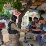 Patroli Rutin Brimob Bone Bagikan Masker Gratis Untuk Warga